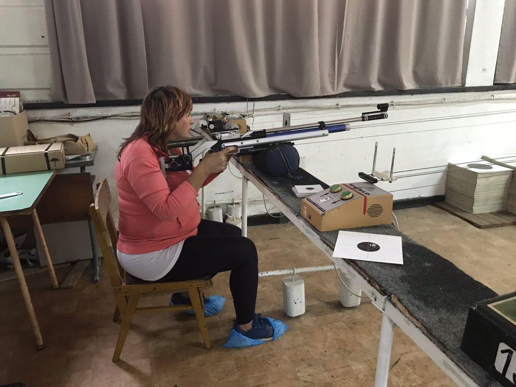Директор се пробва на стрелба с пушка и на лента - голяма снимка